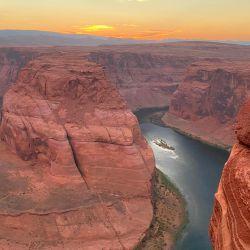 Un turista se sienta en el borde de la roca para disfrutar de la vista de Horseshoe Bend, ubicado en la ciudad de Page, Arizona.   Foto:Daniel Slim / AFP