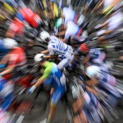Una fotografía tomada con un efecto de zoom muestra a los competidores esperando el inicio del campeonato europeo de ciclismo de ruta masculino Elite en Plouay, en el oeste de Francia.   Foto:Damien Meyer / AFP