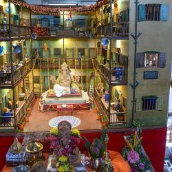 El estudiante de arte Parag Sawant se encuentra junto a su diorama (modelo en miniatura) de una comunidad chawl de Mumbai (un tipo de edificio residencial comunal), hecho con su amigo Vedant Waikar usando arcilla y materiales reciclados, para celebrar el festival hindú de Ganesh Chaturthi, en su casa de Mumbai.   Foto:INDRANIL MUKHERJEE / AFP