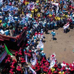 Esta vista aérea muestra a los activistas que participan en una protesta contra un proyecto de ley general del gobierno sobre creación de empleo, que creen que privará a los trabajadores de sus derechos, en Surabaya.   Foto:ADEK BERRY / AFP
