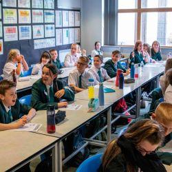 El primer ministro británico, Boris Johnson, habla con una clase de alumnos de séptimo año en su primer día en la escuela Castle Rock, Coalville, en el centro de Inglaterra.   Foto:Jack Hill / POOL / AFP