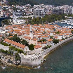 Una fotografía aérea muestra una vista de la ciudad costera de Budva, uno de los principales lugares turísticos de la costa adriática de Montenegro.   Foto:Savo Prelevic / AFP