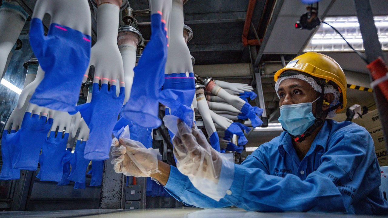 Un trabajador inspecciona guantes desechables en la fábrica Top Glove en Shah Alam en las afueras de Kuala Lumpur. - Top Glove, una empresa con sede en Malasia es uno de los mayores fabricantes de guantes de goma del mundo.   Foto:Mohd Rasfan / AFP