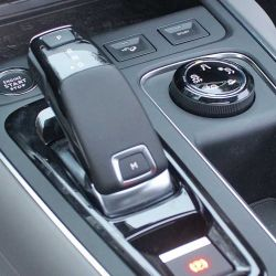 Se ofrece en una única motorización THP 1.6 que entrega 165 CV y 240 Nm de par, asociada a una caja automática secuencial de 6 marchas con 3 modos de conducción.