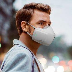 """La LG PuriCare Wearable Air Purifier purifica el aire que el usuario inhala, y también """"limpia"""" el que exhala."""