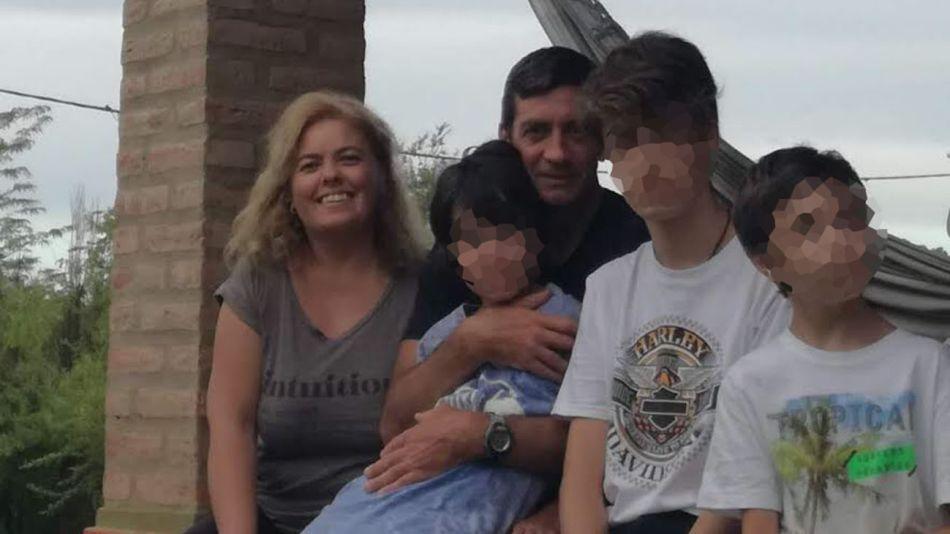 Papá Federico, con Ignacio en los brazos junto a mamá Inés y sus hijos. Río Cuarto, Córdoba.