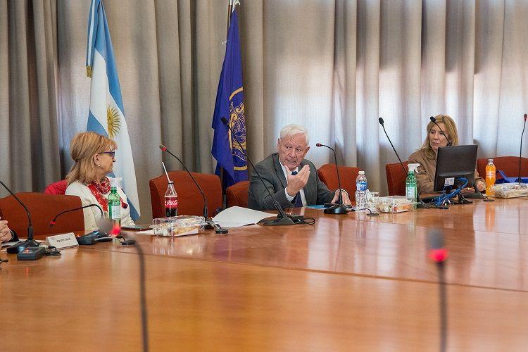 AUTORIDADES. Elena Pérez, Hugo Juri y Mirian Carballo, a cargo de la presentación del Instituto Confucio en la Universidad Nacional de Córdoba.