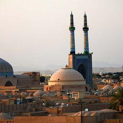 El día de Azura me alcanza en la ciudad de Isfahán -estación de la milenaria Ruta de la Seda- y no hay un solo negocio donde comprar algo para comer.