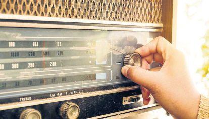 Clásico por siempre. Desde la primera transmisión en la terraza del Teatro Coliseo al streaming y el podcast, la radio acompaña.