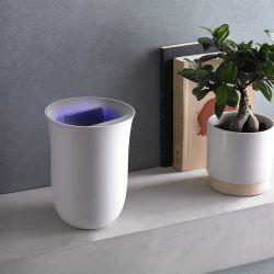 Oblio es una estación de carga inalámbrica con una apariencia similar a un jarrón, que sirve para cargar celulares con tecnología Qi, al tiempo que limpia el teléfono, gracias a su tecnología LED UV integrada.