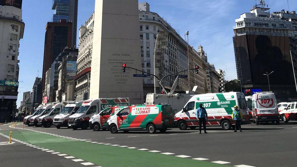 Ambulancias del SAME en el Obelisco, haciendo sonar sus sirenas. El homenaje al doctor Juan Lobel, muerto por coronavirus.