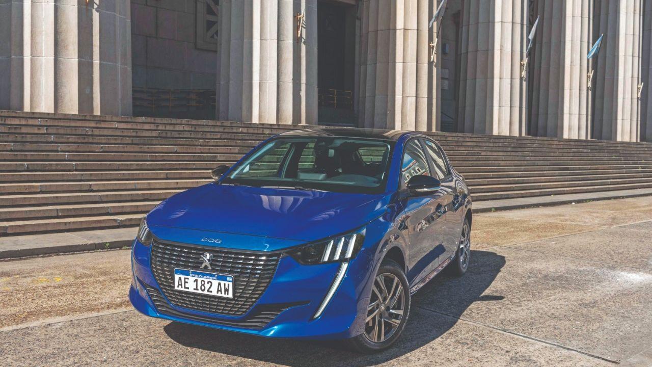 El compacto no sólo renovó su estética por completo con un perfil más deportivo, sino que agregó tecnologías de asistencia a la conducción y una evolución en su puesto de manejo. | Foto:PEUGEOT