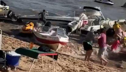 Una ola gigante provocó el choque de numerosas lanchas en Rosario.