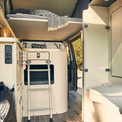 El interior cuenta con grandes ventanas traseras y laterales que aseguran excelentes porciones de luz natural durante el día.