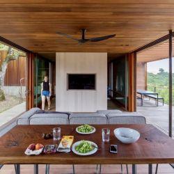 El edificio consta de dos pequeñas estructuras combinadas: una casa principal, de 60 metros cuadrados, y una casa para los invitados,  de 32 metros cuadrados.