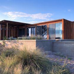 La estructura prefabricada consta de dos cubículos minimalistas de paredes abiertas.