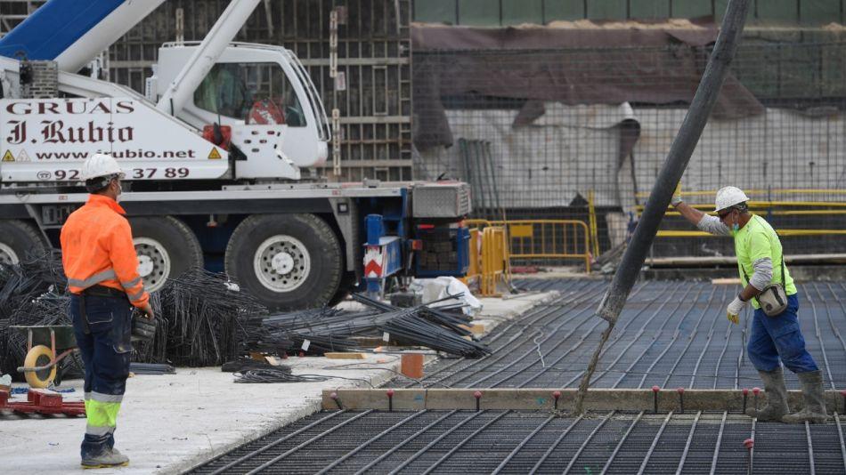 Construcción de un hospital de emergencia en Valdebebas, cerca de Madrid. España vuelve a la actividad y se prepara para la segunda ola.