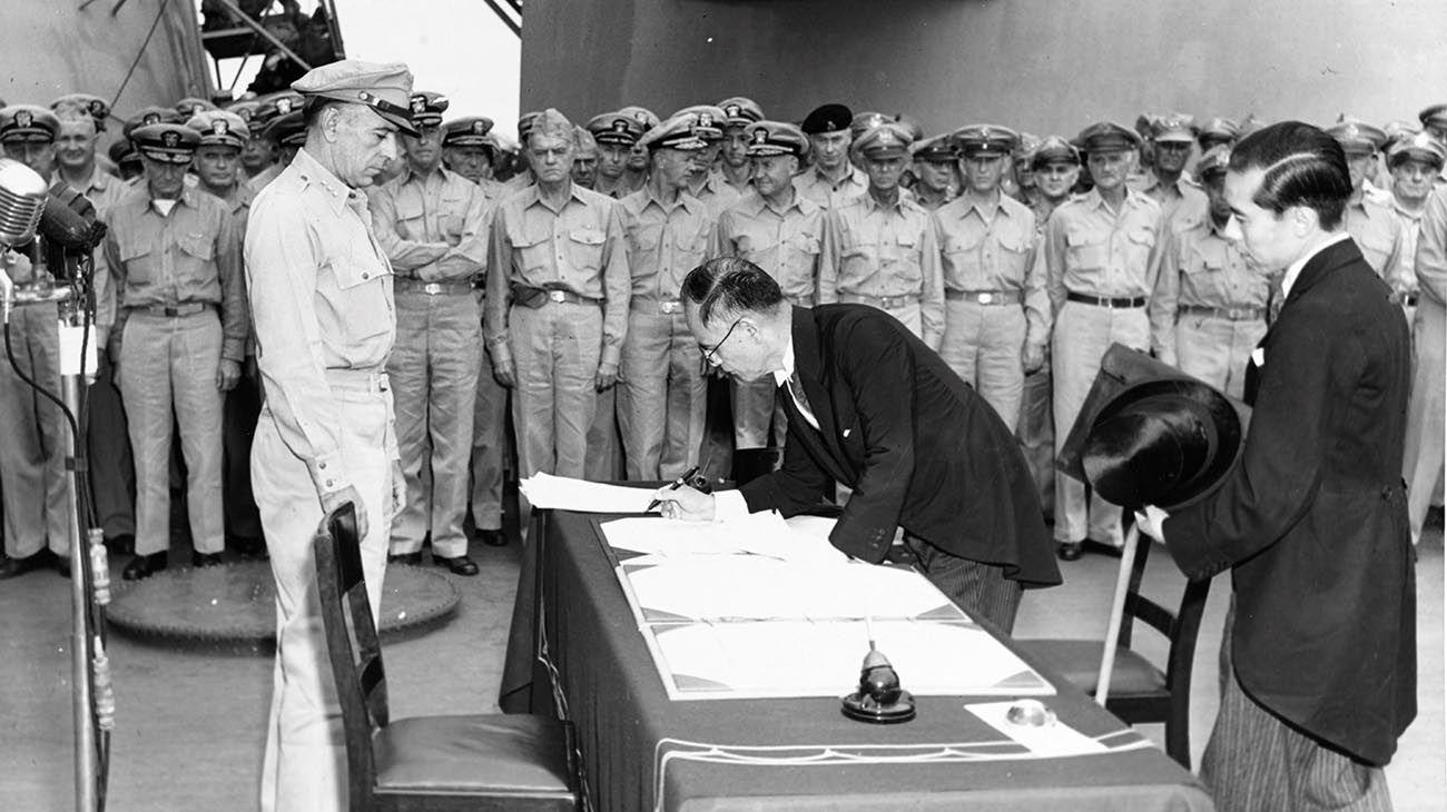 Un día como hoy, 2 de septiembre de 1945, los representantes del Imperio de Japón firmaban el Acta de su Rendición en la Segunda Guerra Mundial -ocurrida el 15 de agosto- en la Bahía de Tokio a bordo del URSS Missouri