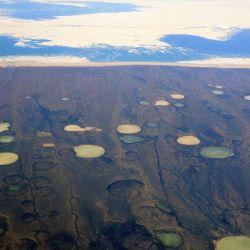 Estas enormes cavidades que aparecen en el suelo ocurren cuando el permafrost se derrite.