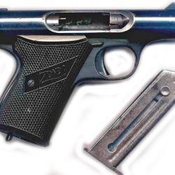 """Un clásico del sistema """"blowback"""" de bloque abierto, la pistola Zonda fabricada por HAFDASA. En la foto con su cerrojo retraído, que es la posición para efectuar el disparo."""