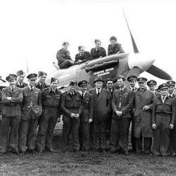 El escuadrón instaló su base de operaciones en la costa oriental de Escocia y fue equipado con los versátiles cazas Spitfire.