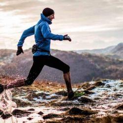 Al correr sobre terrenos irregulares, los gemelos y tobillos reciben una exigencia mayor para mantener el equilibrio.