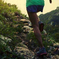 Correr sobre superficies suaves, como puede ser tierra, implica un mayor esfuerzo muscular, pero a la vez un menor impacto.