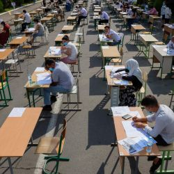 Los estudiantes uzbecos toman exámenes de ingreso al aire libre en Tashkent, en medio de la pandemia de coronavirus en curso. | Foto:YURI KORSUNTSEV / AFP