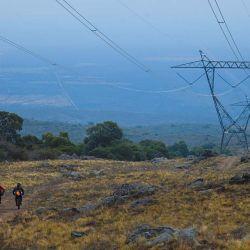 El camino sube entre imponentes paisajes y torres de alta  tensión hasta llegar al filo del Champaquí.