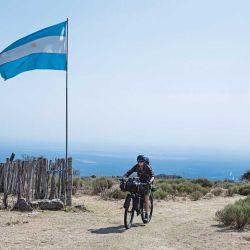Nunca falta una bandera Argentina en estas travesías.