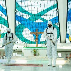 Brasil, Brasilia: miembros del ejército brasileño con trajes de protección completos, desinfectan la catedral de Nuestra Señora de Aparecida en medio del brote de coronavirus (Covid-19). | Foto:Myke Sena / DPA