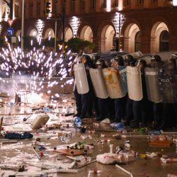 Los manifestantes chocan con la policía durante una manifestación contra el gobierno en Sofía. | Foto:NIKOLAY DOYCHINOV / AFP