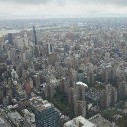 Los visitantes contemplan la ciudad desde Edge, el sky deck al aire libre más alto del hemisferio occidental, cuando se reabrió al público en Nueva York. - Elevándose 1,131 pies en el aire desde el corazón de Hudson Yards, ofrece vistas de 360 grados del icónico horizonte de la ciudad de Nueva York desde la vista exterior del piso 100. | Foto:TIMOTHY A. CLARY / AFP