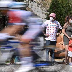 Los espectadores observan a los ciclistas durante la 5a etapa de la 107a edición de la carrera ciclista del Tour de Francia, a 185 km entre Gap y Privas. | Foto:Marco Bertorello / AFP