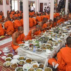 Los monjes budistas almuerzan durante el festival Pchum Ben (Festival de la Muerte). | Foto:TANG CHHIN Sothy / AFP