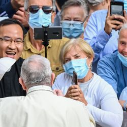 El Papa Francisco habla con los asistentes cuando llega para realizar una audiencia pública limitada en el patio de San Dámaso en el Vaticano durante la infección por COVID-19, causada por el nuevo coronavirus.  | Foto:Vincenzo Pinto / AFP