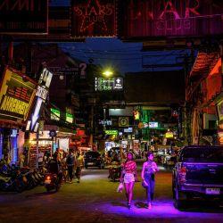 La gente camina por Walking Street en Pattaya. | Foto:Mladen Antonov / AFP
