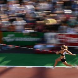 La francesa Marion Lotout compite durante un evento callejero de exhibición de salto con pértiga para mujeres de la reunión de atletismo de la Liga Diamante Athletissima en Lausana.  | Foto:Fabrice Coffrini / AFP