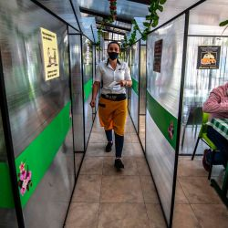 Una mesera usa una mascarilla en un restaurante en Bogotá en medio de la pandemia del nuevo coronavirus COVID-19. | Foto:Juan Barreto / AFP