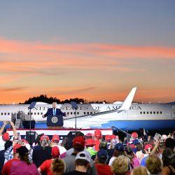 El presidente de los Estados Unidos, Donald Trump, se dirige a los partidarios durante un evento de campaña en el Aeropuerto Regional Arnold Palmer en Latrobe, Pensilvania. | Foto:MANDEL NGAN / AFP
