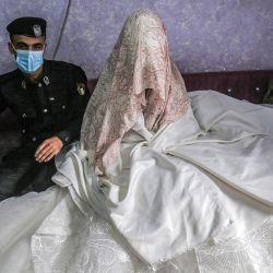 El policía palestino Jihad Ahmed, de 26 años, posa para una foto con su novia Alaa, de 23, mientras ambos visten con máscara y guantes debido a la pandemia del coronavirus COVID-19 durante la sesión de fotos de su boda en un estudio en Rafah, en el sur de la Franja de Gaza. | Foto:SAID KHATIB / AFP