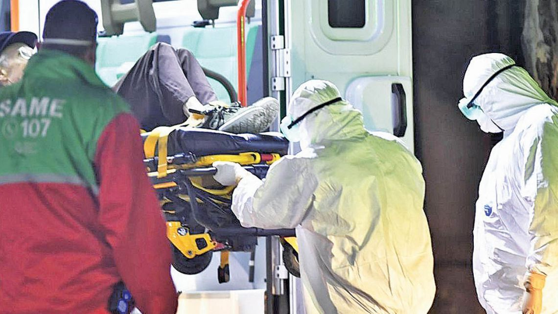 Health agents taking a patient in an ambulance.