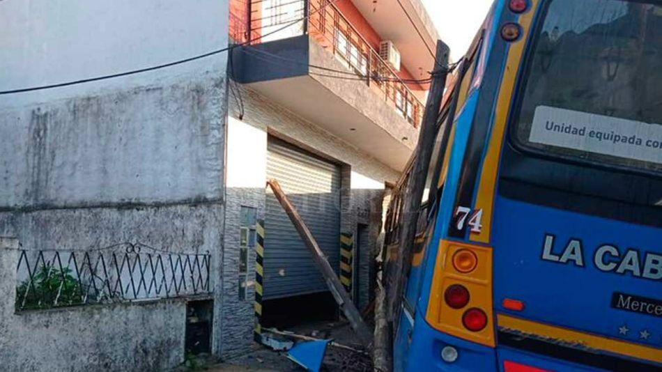 El colectivo que manejaba un ladrón, chocado contra una casa en San Justo.