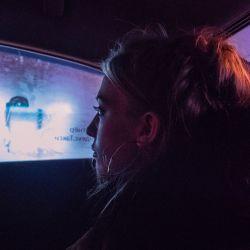 Las películas están dobladas al español (y el audio sale por la radio del auto).