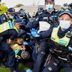 La policía se enfrenta a los manifestantes en Melbourne durante una manifestación anti-bloqueo en protesta por las estrictas leyes de bloqueo del estado como medida preventiva contra el coronavirus COVID-19. | Foto:William West / AFP