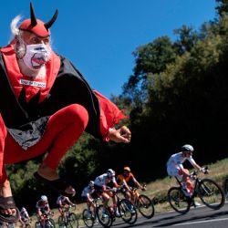El aficionado al ciclismo Didi Senft, alias El Diablo, anima a los ciclistas durante la 7a etapa de la 107a edición de la carrera ciclista del Tour de Francia, 168 km entre Millau y Lavaur. | Foto:Marco Bertorello / AFP