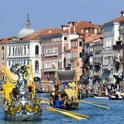 Los remeros participan en la Regata Histórica de barcos y góndolas tradicionales anuales en el Gran Canal de Venecia durante la infección COVID-19, causada por el nuevo coronavirus. | Foto:Alberto Pizzoli / AFP