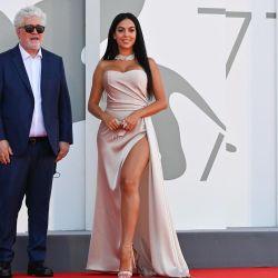 El director español Pedro Almodóvar y la modelo y actriz argentino-española Georgina Rodríguez llegan para la proyección de la película  | Foto:Alberto Pizzoli / AFP