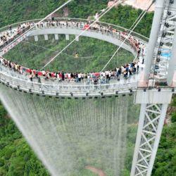 Esta pasarela de piso transparente se encuentra a 368 metros del borde de un acantilado.