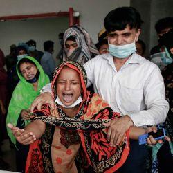 Bangladesh, Dhaka: familiares de las víctimas lloran en un hospital, después de una presunta explosión de gas e incendio en una mezquita en Narayanganj, cerca de la ciudad capital de Dhaka. | Foto:Suvra Kanti Das / ZUMA Wire / DPA